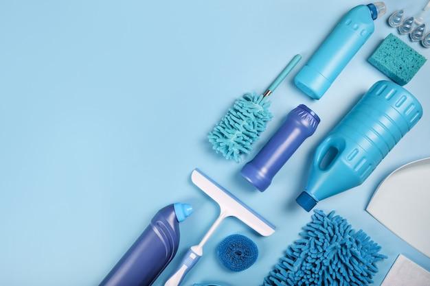 Rifornimenti di pulizia blu su fondo blu. vista dall'alto