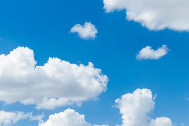 Cielo blu chiaro con sfondo naturale di nuvole bianche e soffici