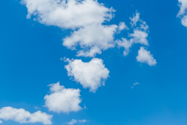 Cielo azzurro con soffici nuvole bianche.