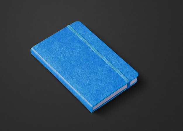 Modello di taccuino chiuso blu isolato su nero