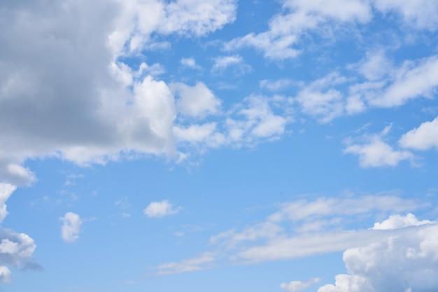 Cielo blu della nuvola fondo bianco lanuginoso gonfio della natura del tempo del cielo delle nuvole bianche