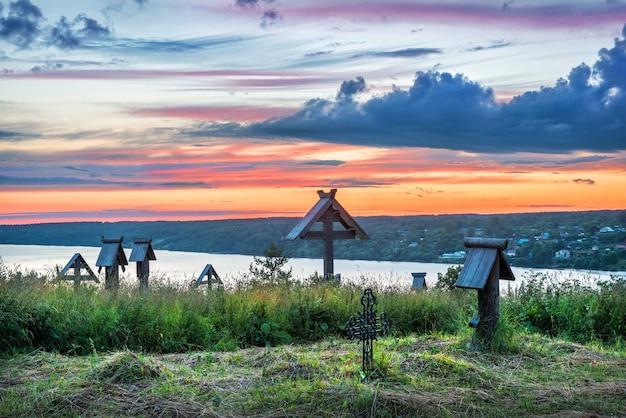 Nuvole blu nel cielo al tramonto sul volga dal monte levitan a plyos in una sera d'estate