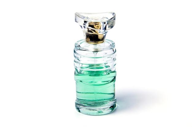 Fotografia in studio di acqua di colonia blu di bottiglia trasparente con essenza