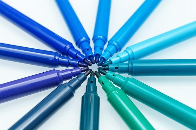 Colore blu. primo piano di pennarelli colorati blu