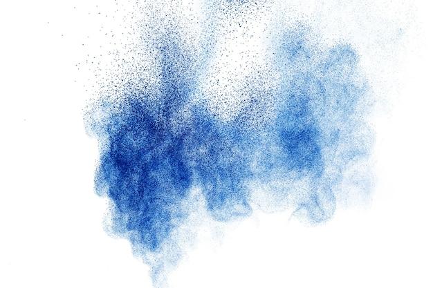 Esplosione di polvere di colore blu su sfondo bianco.