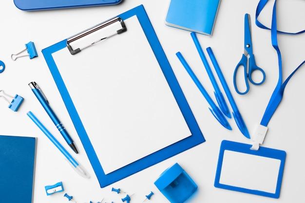 Cartoleria di colore blu set piatto disteso.