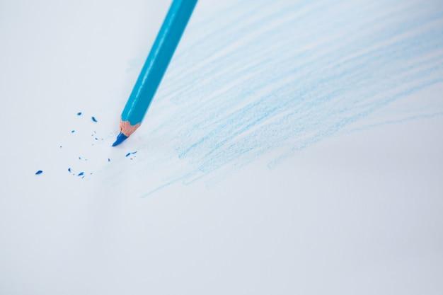 Matita colorata blu con punta rotta