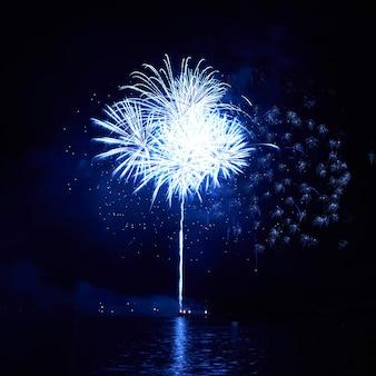 Fuochi d'artificio colorati blu sullo sfondo del cielo nero