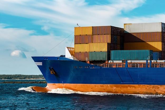 Nave porta-container blu in viaggio. logistica e industria del trasporto merci