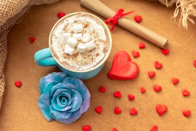 Tazza blu con caffè e marshmallow per san valentino.