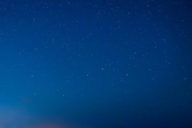 Cielo notturno blu scuro con molte stelle. via lattea sullo sfondo dello spazio
