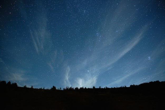 Cielo notturno blu scuro con molte stelle