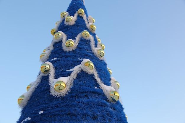 L'albero di natale decorativo blu sul cielo