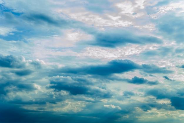 Cielo blu drammatico con nuvole di volume e raggi di sole