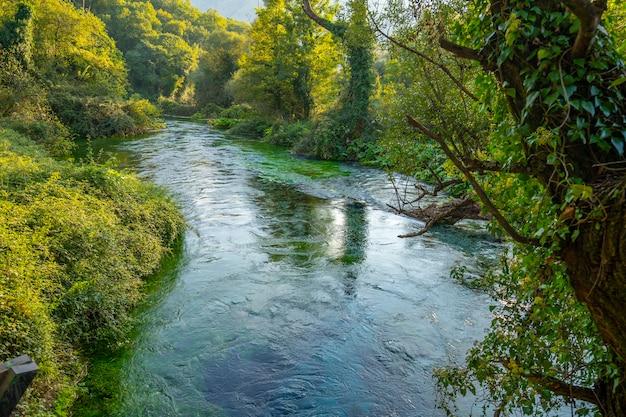 Blue eye è una sorgente d'acqua con portata compresa tra 2 e 18 m3 / s. distretto di delvine, albania.