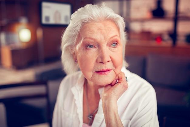 Signora anziana dagli occhi azzurri. primo piano di una bella signora anziana dagli occhi azzurri che si sente davvero eccitata e felice