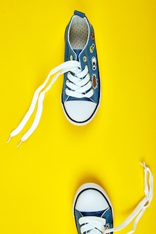 Scarpe da ginnastica blu femminili o maschili su carta gialla