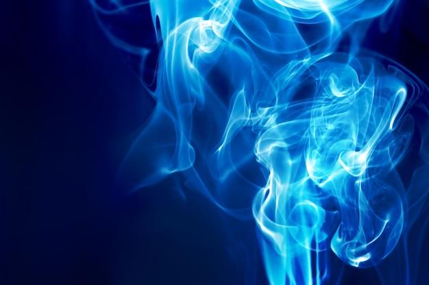 Fuoco blu su sfondo scuro