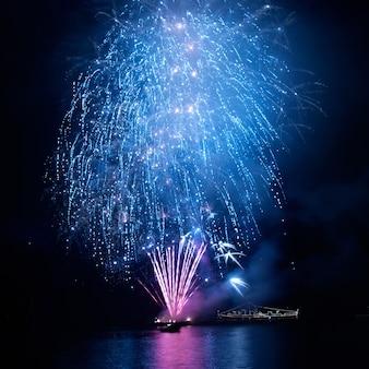 Fuochi d'artificio blu sullo sfondo del cielo nero