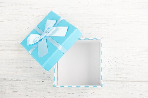 Scatola regalo blu con fiocco