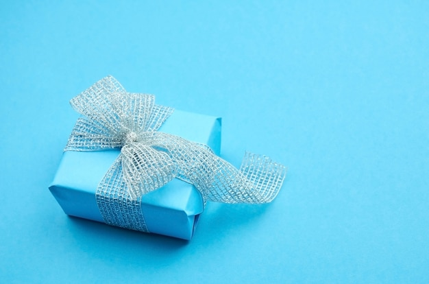 Scatola regalo blu con nastro d'argento con fiocco