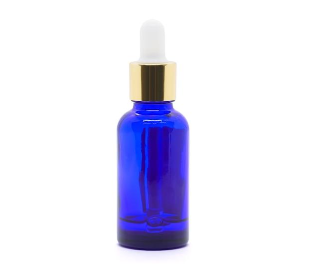 Bottiglia di siero contagocce in vetro blu su sfondo bianco