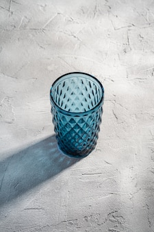 Coppa geometrica in vetro blu