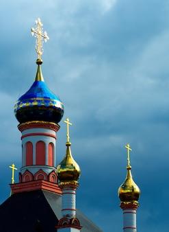 Cupole blu e dorate dello sfondo della chiesa ortodossa