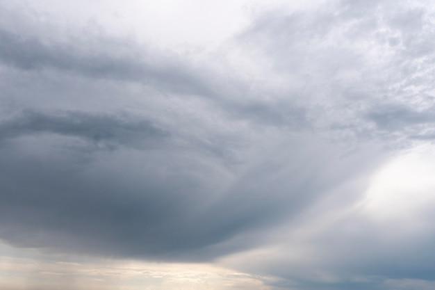 Gradiente blu di nuvole naturali pacifiche