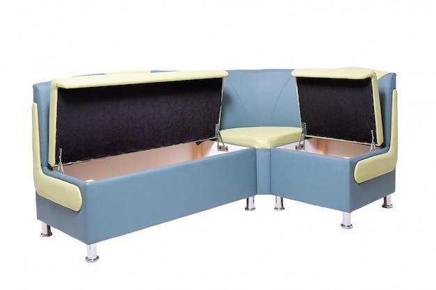 Divano da ufficio in pelle blu e verde con contenitori in legno nascosti aperti all'interno e gambe in metallo cromato isolate su bianco