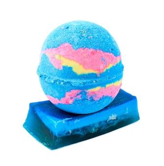 Sapone artigianale blu e sale da bagno a forma di palla. oggetto isolato