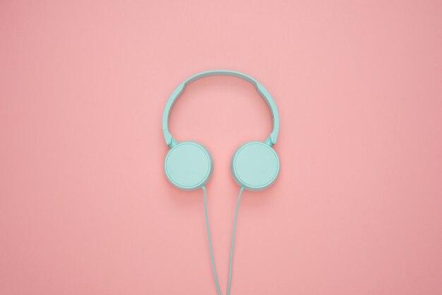Cuffie blu su sfondo rosa pastello
