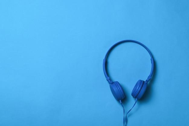 Cuffie blu con un filo blu su una superficie blu