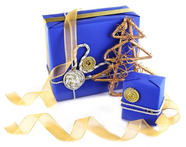 Contenitori di regalo blu di festa isolati su bianco