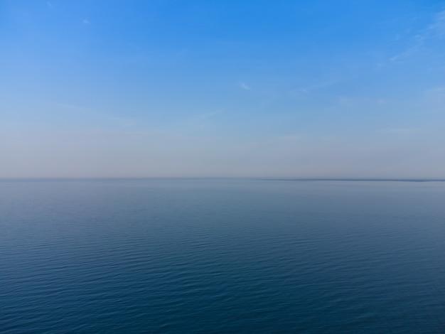 Orizzonte azzurro dove convergono il cielo azzurro e il mare azzurro.