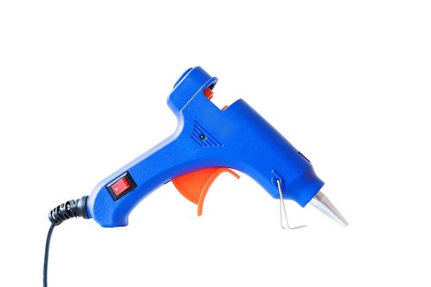Pistola per colla a caldo blu isolata su sfondo bianco.