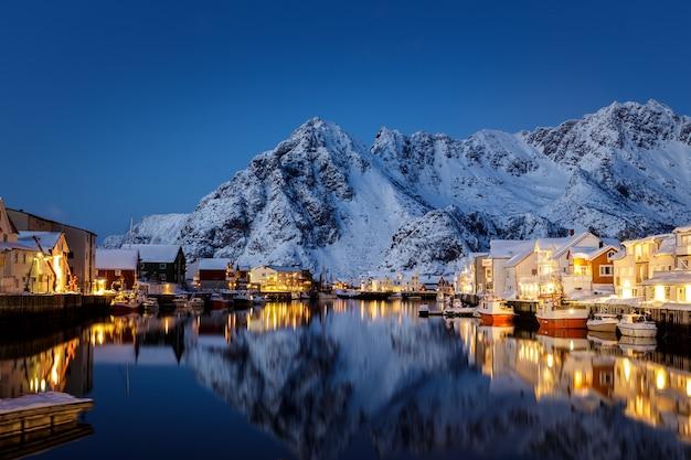 L'ora blu e le calde luci delle case e delle barche in norvegia