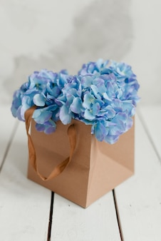 Ortensia blu in confezione regalo. fiori artificiali ortensia blu. fiori decorativi in una scatola.
