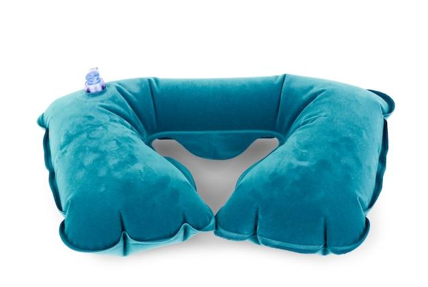 Cuscino per il collo gonfiabile blu su sfondo bianco