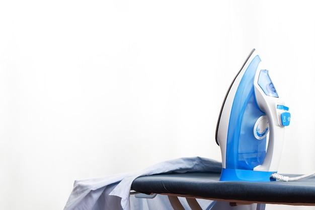 I ferri da stiro blu sono prontamente disponibili presso la lavanderia.
