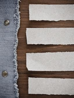 Jeans blu su sfondo texture di legno