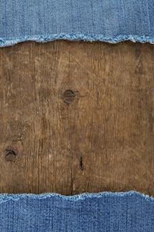Jeans blu su struttura di legno