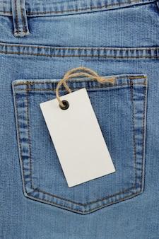 Struttura delle blue jeans e cartellino del prezzo