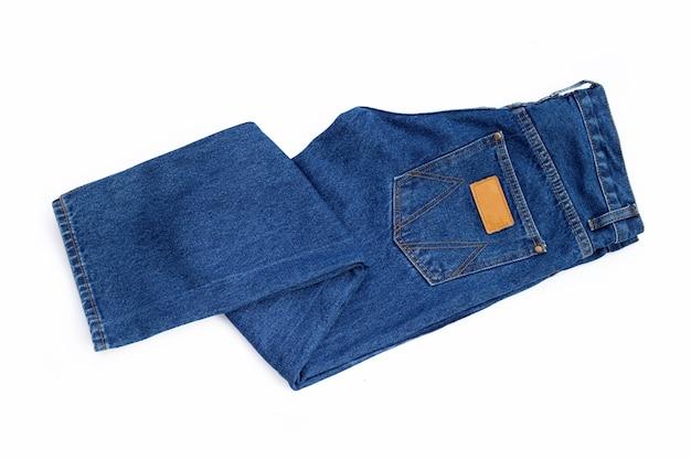 Jeans blu su sfondo bianco