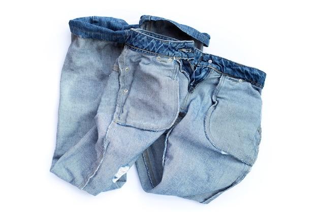 Blue jeans su superficie bianca