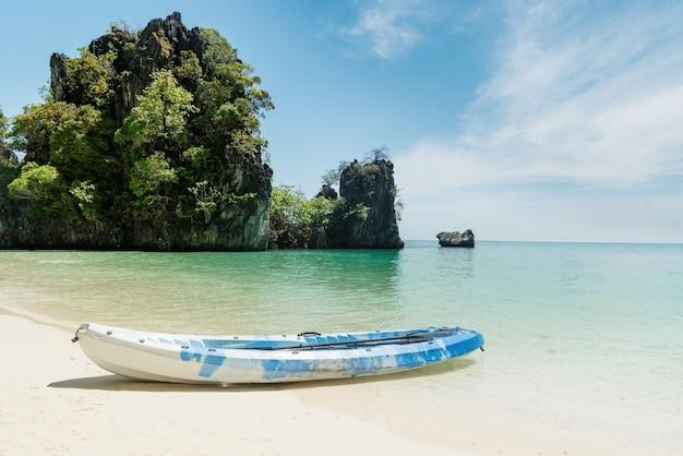 Kajak blu sulla spiaggia tropicale a phuket, tailandia. estate, vacanze e concetto di viaggio.