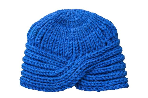 Cappello lavorato a maglia blu isolato su superficie bianca.