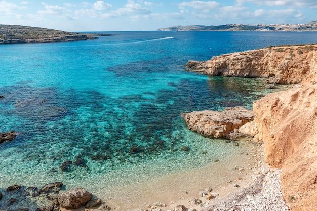 La laguna blu nell'isola di comino. idilliaca spiaggia turchese a malta.