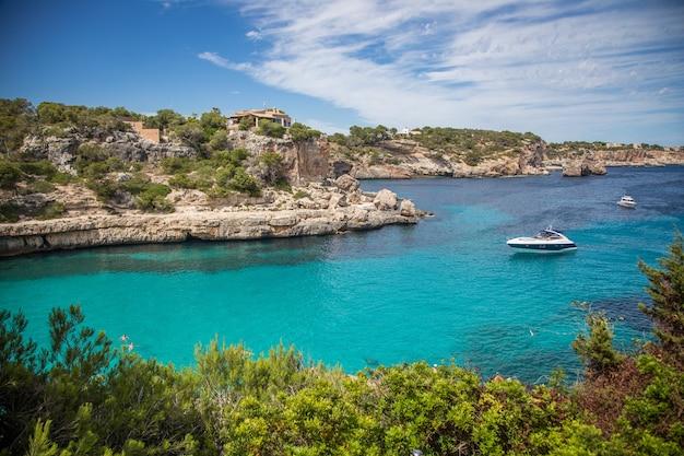 Laguna blu con una barca