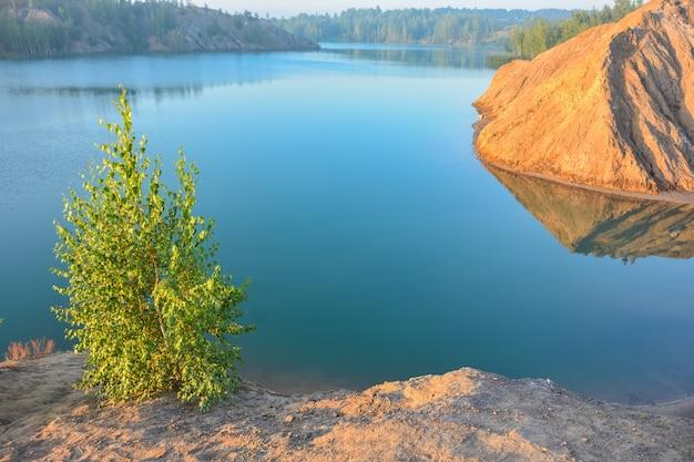 Lago blu in una cava abbandonata, montagne romantsevo, lago in una miniera abbandonata, laghi blu